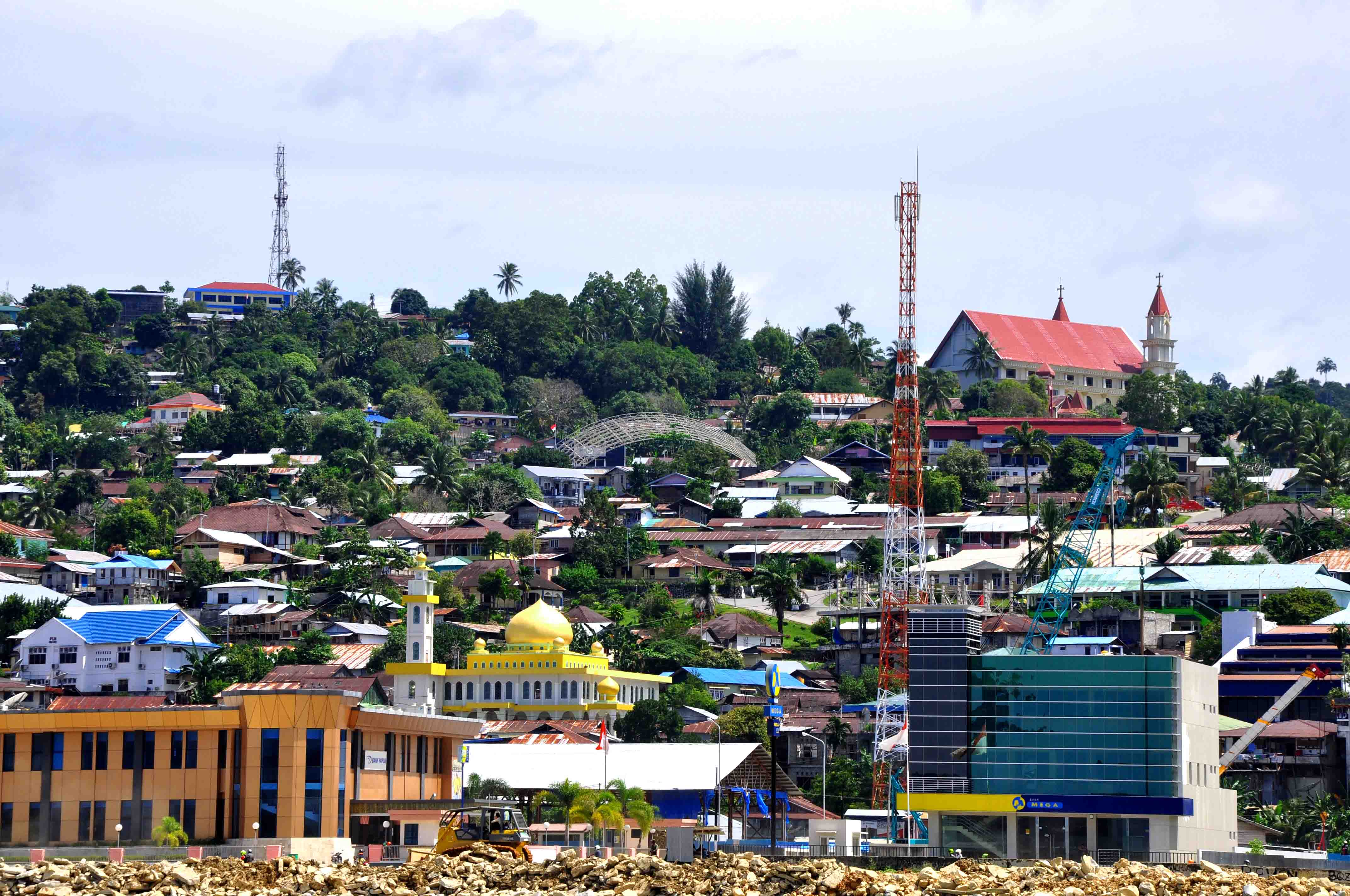 Perkantoran, toko, rumah penduduk, masjid, dan gereja tampak menghias Fakfak, Papua Barat