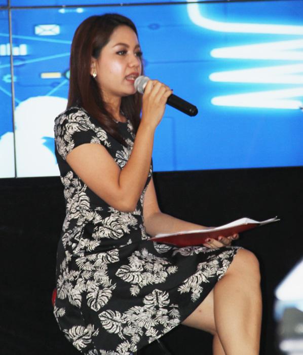 Liviana Cherlisa ketika menjadi pemandu dialog di JNE. (Foto: Gapey Sandy)