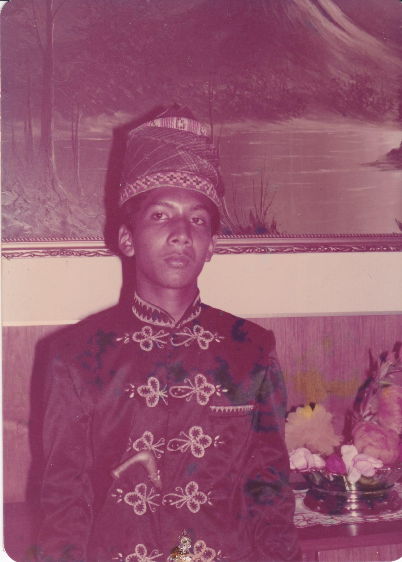 """(Keterangan Photo: """"Penulis: saat berusia 17 tahun tanggal 19 Desember 1978 itu,  ikut menyambut kedatangan Presiden Soeharto di Lhokseumawe, Aceh. Bercak di photo ini menunjukkan, memang ini kisah lama, sudah 38 tahun yang lalu...yang ditulis terinspirasi dari Album lama yang teronggok di sudut lemari pustaka pribadi di rumah...Dalam photo ini, gagang Rencong di pinggang kiri yang menyembul, tampak unik, dan menjadi cerita masa lalu tersendiri ... / Photo by: Surya Sutrisno)"""")"""