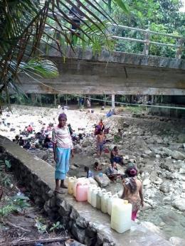 Warga Fakfak yang sedang mencari air di sungai (foto: Alex Ferdinand, Fakfak)