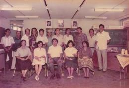 Bapak dan Ibu guru kami sewaktu masih SMP. Bapak keempat berdiri di belakang, berbaju batik.
