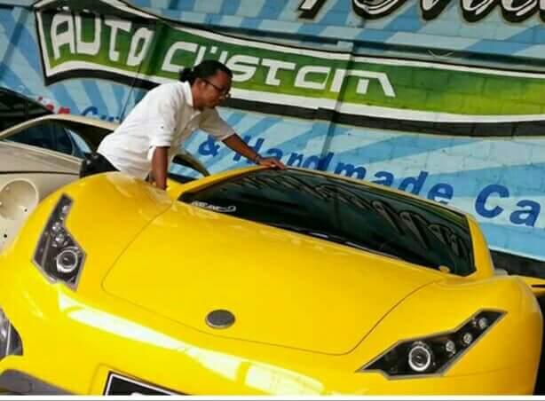 Ricky Elson dengan mobil Selonya. Foto: Ricky Elson