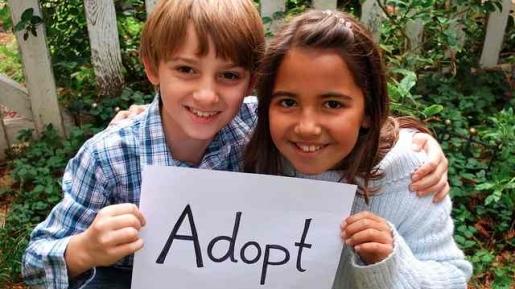 Dua orang anak yang membutuhkan adopsi oleh sebuah keluarga. Sumber: gbi-bethel.or.id