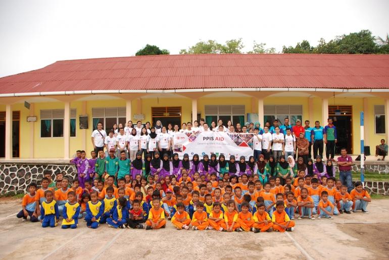 Rombongan Baksos PPIS 2016 berfoto bersama para pelajar Sekolah Negeri 013 Pulau Geranting.