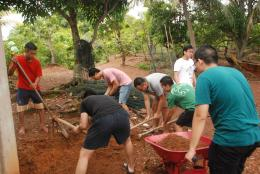 Sebagian Rombongan Baksos PPIS 2016 membangun bak penampungan air wudhu Mushalla Pulau Geranting.