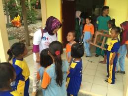Atdikbud Singapura, Aisyah Endah Palupi, bercengkrama dengan pelajar SD Negeri 013 Pulau Geranting,
