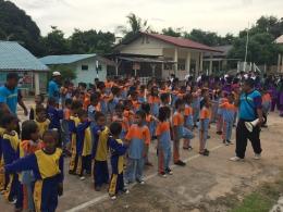 Pelajar TK, SD dan SMP Satu Atap Sekolah Negeri 013 berbaris sebelum memulai aktivitas.