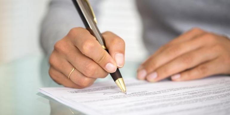 Ilustrasi - tanda tangan kontrak kerja. (Shutterstock)