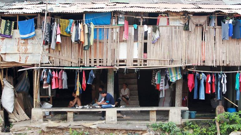 Ilustrasi - Warga makan siang di rumahnya yang berdiri di tepi Sungai Ciliwung, Bukit Duri, Jakarta Selatan. (KOMPAS/TOTOK WIJAYANTO)