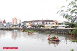 Hilir mudih perahu karet mengangkat dan mengangkut eceng gondok berikut sampah di Situ Tujuh Muara. (Foto: Gapey Sandy)