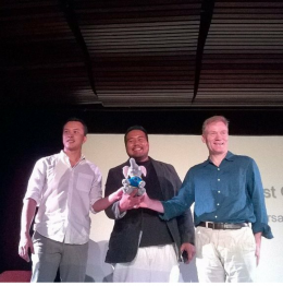 Nicholas Saputra, Pak Wahdi Azmi dan Vincent Guerend memegang boneka maskot Uni Eropa bernama Eropa. (foto: IG nicholassaputrafans)