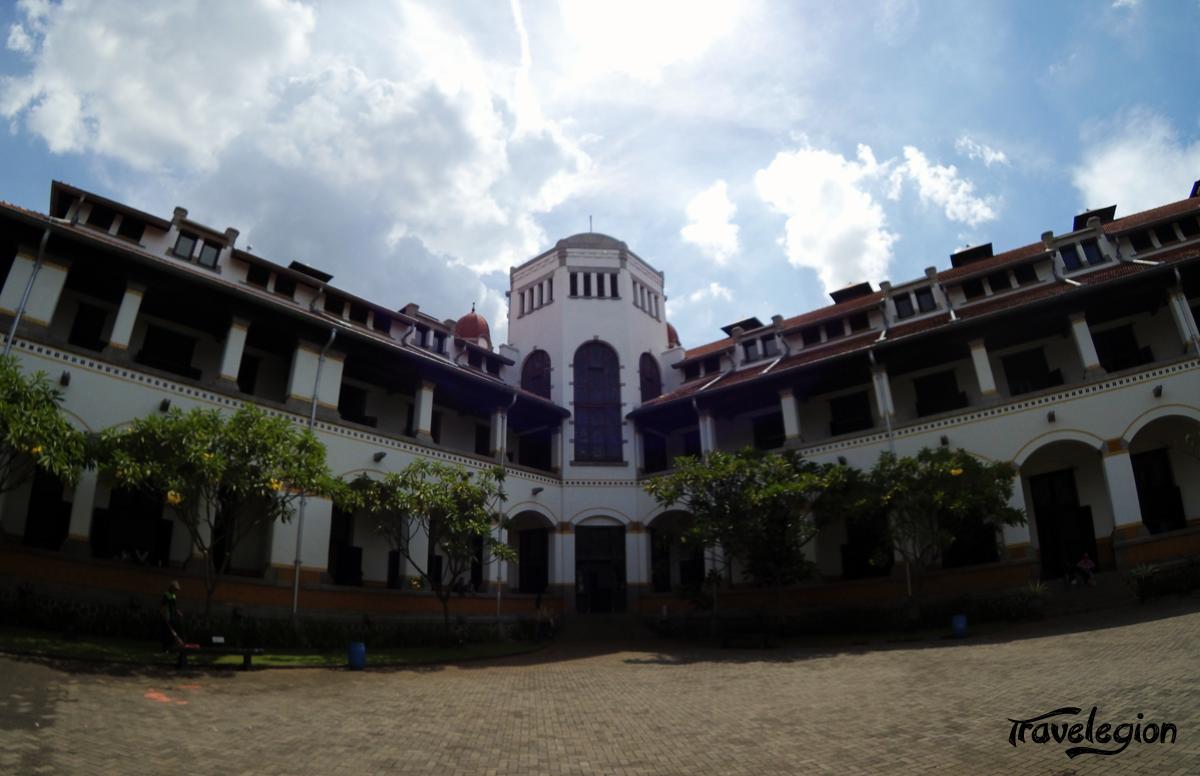 Bangunan bersejarah kota Semarang ini siapa yang tidak tahu dan tentunya sudah akrab di telinga masyarakat. Bangunan yang berarti pintu seribu ini menjadi ikon yang paling melekat dengan kota Semarang, sekaligus paling melekat terkait cerita-cerita horor yang menyelimuti gedung ini.