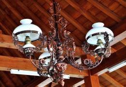Jenis lampu gantung klasik yang menghiasi masjid-masjid pathok negara (dok. pribadi)