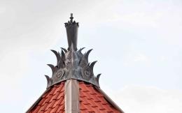 Mustaka masjid pathok negara yang berbentuk gada dan ornamen daun kluwih (dok. pribadi)