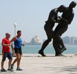 sumber: http://www.dailymail.co.uk/sport/football/article-2443828/Zinedine-Zidane-statue-World-Cup-headbutt-moves-Qatar.html