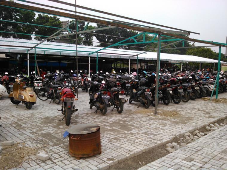 Parkir yang tersedia di dekat stasiun.