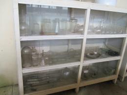 alat-alat soxhletasi, destilasi, corong pisah, erlenmeyer dan labu ukur yang masih tersimpan di museum atsiri