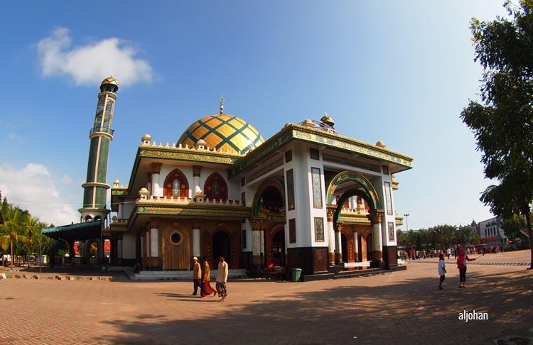 Makam Syaikhona Kholil terletak di belakang masjid ini