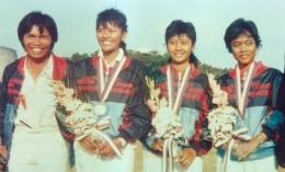 Donald Pandiangan bersama 3 Srikandi Indonesia yang memenangkan medali perak Olimpiade Seoul: Nurfitriyana, Lilies Handayani, Kusuma Wardani. (foto sumber: moviexplorers.com)