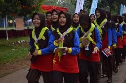 Sekelompok Pramuka Penggalang puteri memasuki Bumi Perkemahan Pramuka Wiladatika Cibubur, Jakarta Timur, siap mengikuti Jambore Nasional X-2016. (Foto: ISJ)
