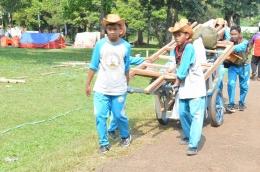 Saling membantu membara perlengkapan untuk menyiapkan tenda di arena Jambore Nasional X-2016. (Foto; ISJ)