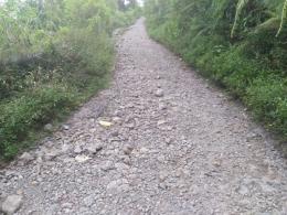 Baru beberapa ratus meter jalan sudah remuk (foto: dok pri)
