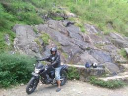 Dengan si hitam kembali meneruskan pendakian (foto: dok pri)