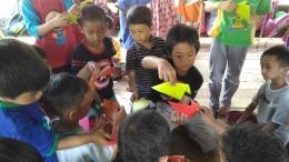 Si sulung mengajarkan origami pesawat dan binatang