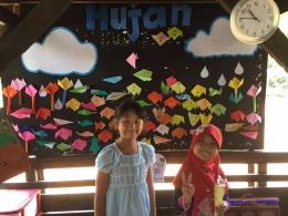 Hasil belajar origami di tempel di papan tulis