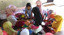 Asik belajar origami bersama kendala bahasa tak menyurutkan semangat anak-anak kecil ini