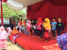 Menyanyi dan menari di panggung, lucu banget :D
