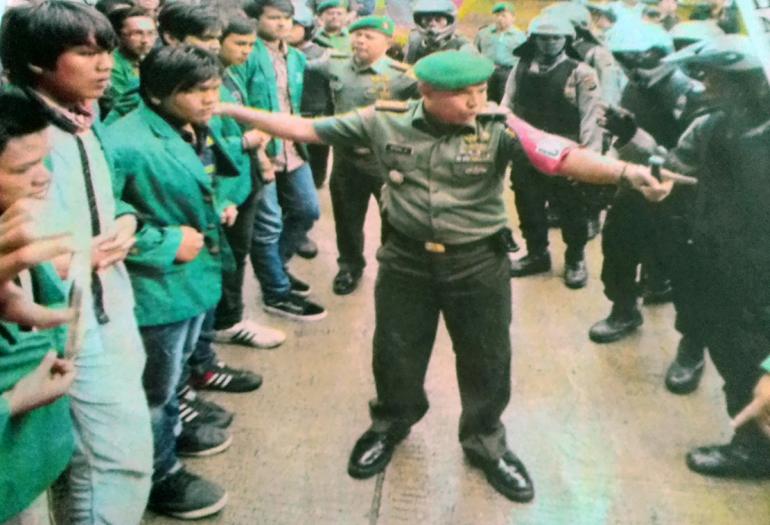 Mahasiswa, tentara dan polisi saat kedatangan Wapres Jusuf Kalla di Kampus Unand, Senin, 5 September 2016. (REPRO PADANG EKSPRES)