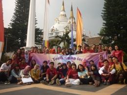 Dok. Pri | Acara Pemuda Lintas Iman Pada Tahun 2013 di Lembang, yang menghadirkan berbagai pemuda lintas iman untuk berdialog dan tinggal bersama selama beberapa hari. Acara seperti ini membuka pemikiran para pesertanya dalam memandang agama yang tidak dianutnya secara objektif.