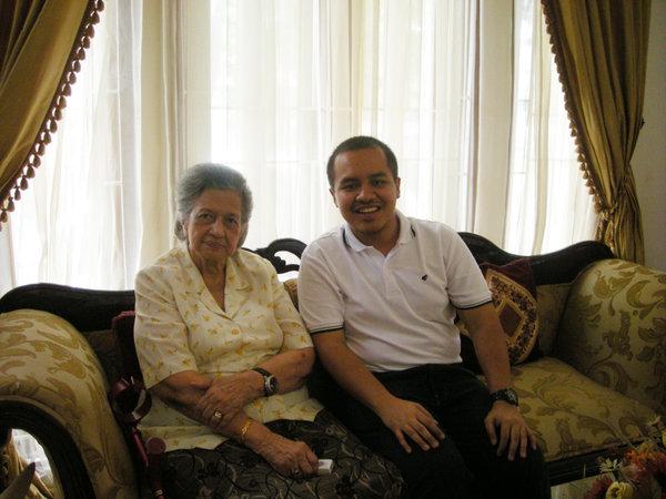 Alm. Ibu Nasution bersama saya (dokumen pribadi)