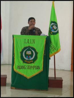 Dekan Fakultas Ekonomi dan Bisnis Islam IAIN Padangsidimpuan menyampaikan sambutan dalam bahasa Inggris dan Arab (Dok. Fatahuddin)