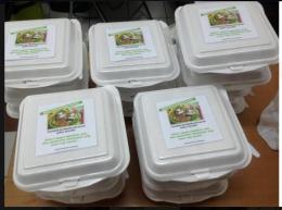 Deskripsi : Gerakan Nasi Kotak Untuk Berbagi I Sumber Foto : Dyah