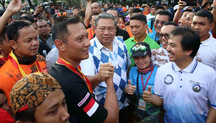 Cagub Agus Yudhoyono bersama rombongan politik saat lari pagi (poskotanews.com)