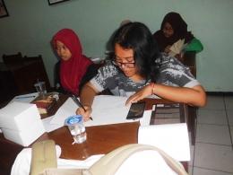 peserta gerakan Nasional Literasi Bangsa 2016 Surabaya tampak asik dengan tulisan tangannya