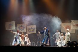 Adegan tarian Perang Kurusetra. Bhisma (baju biru) bersiap membuka perang. (Dok. Pribadi)