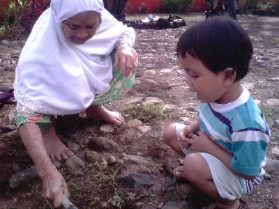 Nenek Berusia Seabad dan Cicitnya Membersihkan Halaman Rumah (Dok. Rodame)