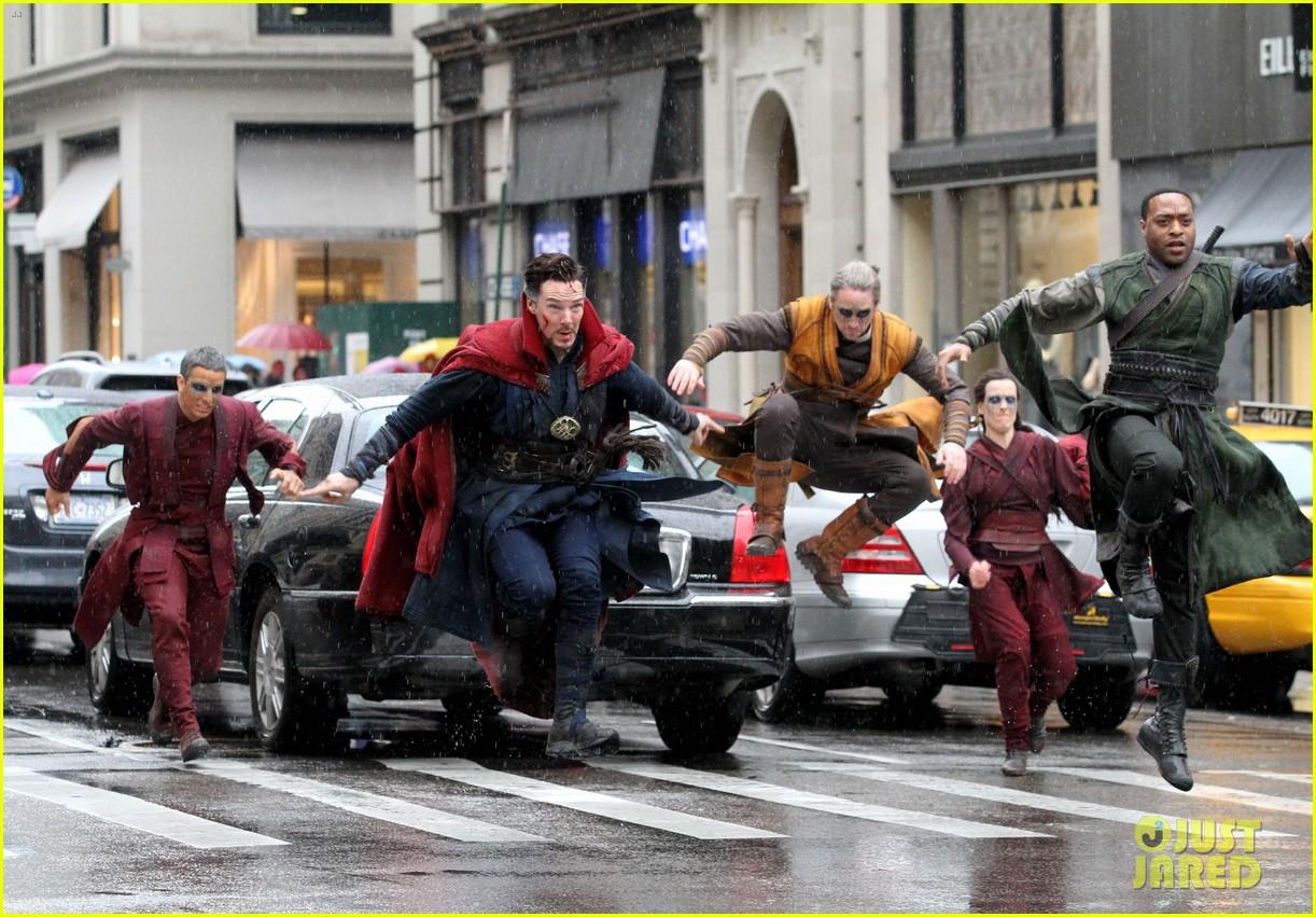 Pernahkah Anda membayangkan ada sejumlah superhero berkejaran di tengah kota yang padat? (sumber: https://www.comicbookmovie.com/doctor_strange/update-get-your-best-look-at-doctor-strange-baron-mordo-in-magical-a132964)