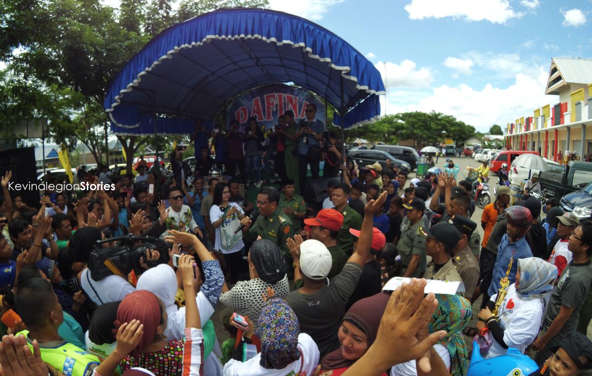 Bupati Bantaeng Nurdin Abdullah bercengkerama bersama warga di depan pasar Lambocca, Bantaeng   Dok. Kevinalegion
