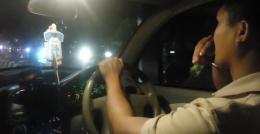 Menikmati Terapi Refrehsing Pikiran Dengan Minyak Kayu Putih Aromatherapi Di Mobil, saat berhenti di lampu merah persimpangan jalan (foto dok. Pribadi)