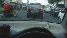 Sedia Minyak Kayu Putih Aromatherapy dari Cap Lang di mobil (foto. Dok. Pribadi)