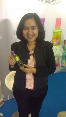 Astrid Adelaide Siregar, Brand Manager PT.Eagle Indo Pharma menampilkan salah satu varian Kayu Putih Aromatherapy/foto dok.pri