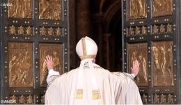 Paus Fransiskus membuka Pintu Suci di Basilika St. Petrus