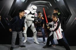 Sejumlah anak bermain-main dengan cosplayer yang mengenakan kostum Stromtrooper dari film (Dokumentasi Prbadi)