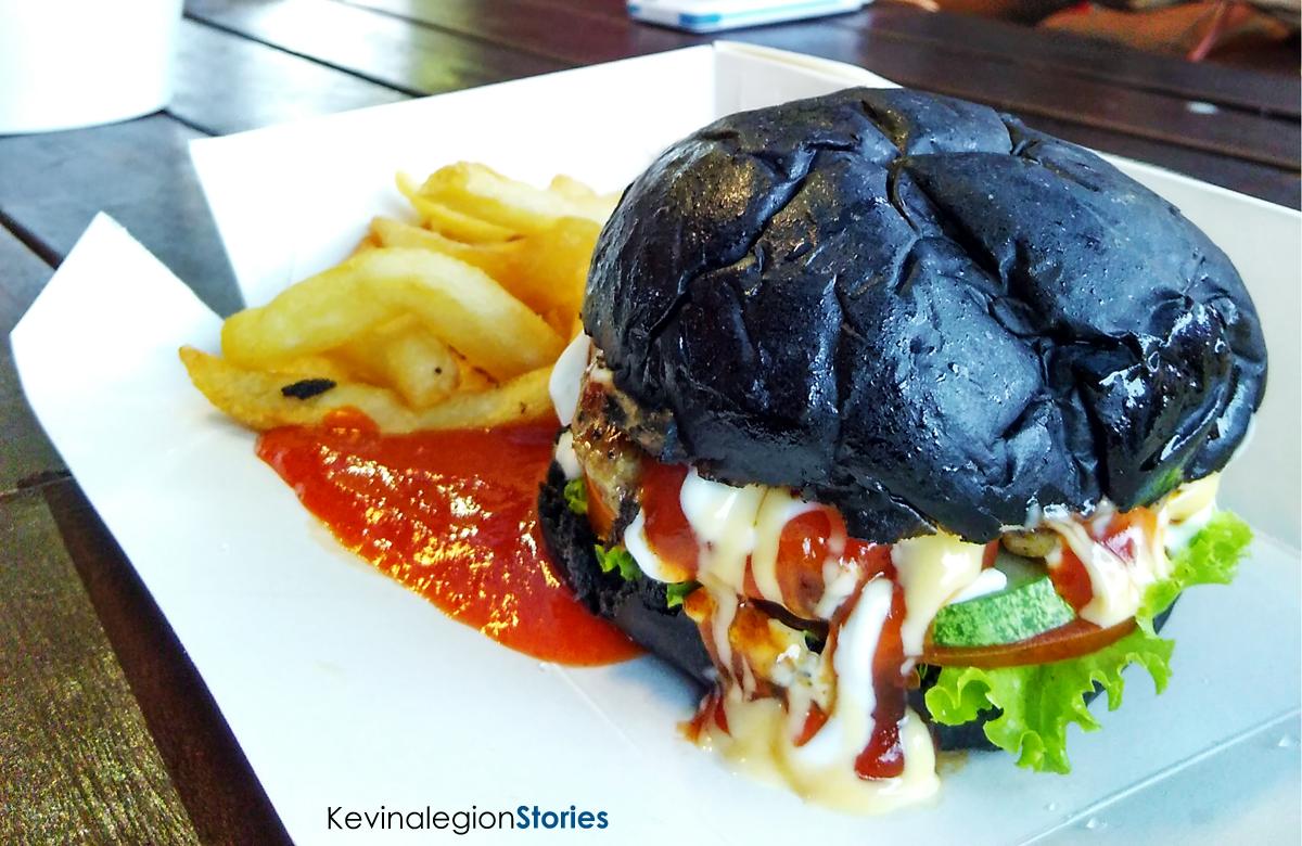 Black Burger Combo yang dipadukan bersama French Fries