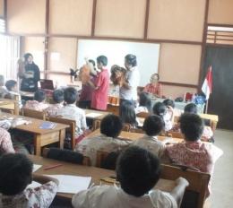 Saat melakukan puppet show kepada siswa-siswi SD dengan materi tentang satwa dilindungi. Foto dok. Yayasan Palung