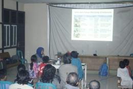 Sebelum pemutaran film, kami menyempatkan untuk menyampaikan materi tentang satwa dilindungi. Foto dok. Yayasan Palung
